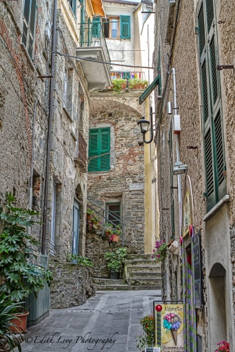 Corniglia, Cinque Terre, Italy, village, narrow street, ice cream parlour, travel photography