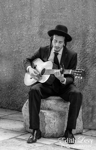 Israel, Jerusalem, The Cardo, musician, guitar, orthodox, guitar player, street photography, black & white